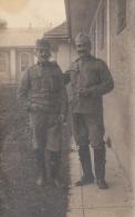 Orig.Fotokarte Um 1915, 2 Soldaten Vor Haus, Format Ca. 14 X 8,5 Cm, Gute Erhaltung - 1914-18