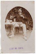 Carte-photo - Un Homme De CAPESTANG ( Hérault ) Buvant L' ABSINTHE à La Terrasse D'un Café - Cafés