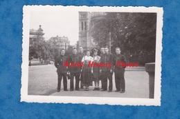 Photo Ancienne - PARIS ? - Groupe De Militaire Ou Gendarme ? ( Voir Uniforme Insigne ) Avec Fille En Costume D' Alsace - Guerre, Militaire
