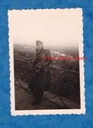 Photo Ancienne - SAINT GERMAIN En LAYE ? - Portrait D'un Aviateur Militaire / Pilote - Voir Uniforme Calot - 1951 - War, Military