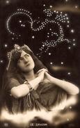 CPA FEMME FANTAISIE ASTROLOGIE ASTRONOMIE ETOILES CONSTELLATION ZODIACALE LE DRAGON SURREALISME NUIT CLAIRVOYANCE - Women