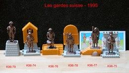 Kinder Métal 1995 : Série Complète Les Gardes Suisses Avec Un BPZ (6 Figurines + Décor Plastique) - Metal Figurines