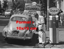 Reproduction D'une Photographie D'un Pompiste Esso Faisant Le Plein D'essence D'une Peugeot 203 - Reproductions