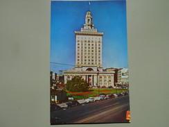 ETATS-UNIS CA CALIFORNIA OAKLAND CITY HALL THE CITY HALL OF OAKLAND LOOKS DOWN ON BEAUTIFULLY LANDSCAPED MEMORIAL PLAZA - Oakland