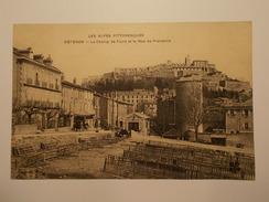 Carte Postale -  SISTERON (04) - Le Champ De Foire Et La Rue De Provence (1428) - Sisteron