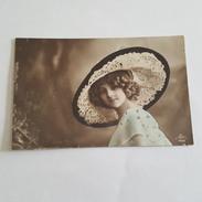 Femme à La Mode - Splendide Grand Chapeau - Robe - Moda