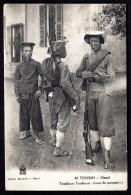 CPA ANCIENNE- INDOCHINE FRANCAISE- TONKIN- HANOÏ- TIRAILLEURS TONKINOIS EN TENUE DE CAMPAGNE AVEC FUSILS- TRES GROS PLAN - Vietnam