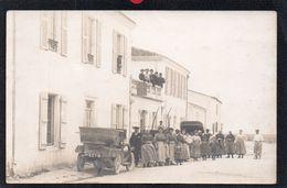 17.CHARENTE MARITIME.ESNANDES.CARTE PHOTO GROS PLAN AUTOMOBILE ET VILLAGEOIS DEVANT L'HOTEL DU PORT.2 SCANS - France