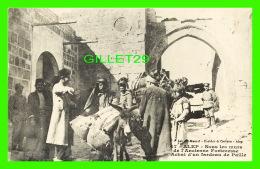 ALEP, SYRIE -  SOUS LES MURS DE L'ANCIENNE FORTERESSE, ACHAT D'UN FARDEAU DE PAILLE - AL-MAAREF, KNEIDER & CASTOUN - - Syrie