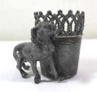 "Kl. Vase Mit Hund ""James E. Tufts Boston"", Modellnr. 2692 (459) - Silberzeug"
