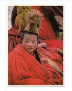 Tibet ?: Jeune Garçon Moine Avec Coiffe, Photo Kevin Kling (17-1276) - Tibet
