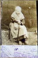 42 BELMONT DE LA LOIRE  LA  CENTENAIRE CARTE PHOTO DE MADAME CHEMAIN AGEE DE 114 ANS  VOYAGE EN 1904  UN PLI AU COIN BAS - Belmont De La Loire