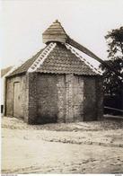 OUDENBURG (W.Vl.) - Molen/moulin - Historische Opname Ca. 1930 Van De Verdwenen Rosmolen Aan De Stationsstraat - Oudenburg