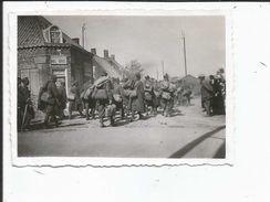 59  A SITUER PHOTO ALLEMANDE 1940  AU RETOUR OU DETOUR  DES CYCLISTES  MERTEL SCHOOTE - Photos