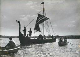 """PHOTO ORIGINALE / PHOTO DE PRESSE """" Danemark, Les Scouts Danois Ont Construit Un Bateau Viking"""" / SCOUT - Photos"""