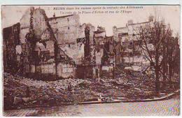 51. REIMS . GUERRE 1914.1918 . DANS LES RUINES APRES LA RETRAITE DES ALLEMANDS . UN COIN DE LA PLACE D'ERLON ET RUE DE L - Reims