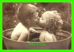 ENFANTS - PETIT COUPLE DANS UN BAIN - BATHTIME - PHOTOGRAPHIX UNLIMITED 1992 - - Portraits