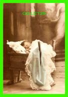 ENFANTS - UN JEUNE GARÇON DORT DANS SON MOISE -  LITTLE BOY BLUE - PHOTOGRAPHIX UNLIMITED 1992 - - Portraits