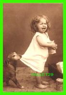ENFANTS - UNE JEUNE FILLE SE FAIT TIRER LA ROBE PAR SON CHIEN - TUG-O-WAR - PHOTOGRAPHIX UNLIMITED 1992 - - Portraits