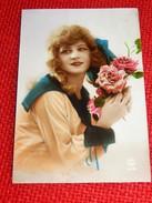 FANTAISIES -  FEMMES -   Jolie Jeune Femme Au Bouquet De Roses - Women