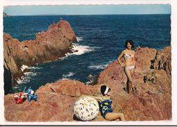 Côte D'Azur : Deux Jeunes Femmes En Maillot De Bain Sur Les Récifs De Porphyre Rouge De L'Estérel - Ed . Cap - - Pin-Ups