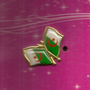 Double Pin (Drapeau) De L'Algérie, état Neuf Dans Son Emballage - Administration