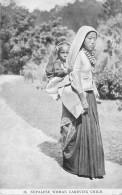 NEPAL / Nepalese Woman Carrying Child - Népal