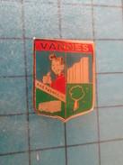 Pin1817 Pin's Pins / THEME VILLES : VANNES BUS AUTOBUS CAR AUTOCAR BRETAGNE ; Rare Et De Belle Qualité !!! - Città