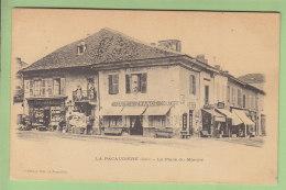 LA PACAUDIERE : La Place Du Marché, Le Café De France. Dos Simple. 2 Scans. Edition Bécaud - La Pacaudiere