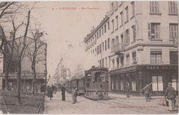 SAINT - ETIENNE - Rue Bambetta - Tram Au Premier Plan, Café Restaurant, Personnages ( Carte Animée ). - Saint Etienne