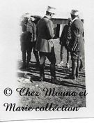 FES MAROC 1930 - LIEUTENANT SEGOUNE ET ADJUDANT SEMIRAT - UNE VEILLE DE REVUE - DOCUMENT ANCIEN - PHOTO MILITAIRE 7.5X5 - Guerre, Militaire