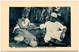 MADAGASCAR - L'Incision Initiatrice Du Jeune Sorcier  (Recto/Verso) - Madagaskar
