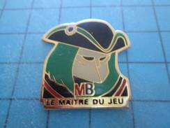 Pin517 Pin's Pins THEME JEUX : HOMME AVEC TRICORNE MB LE MAITRE DU JEU ; RARE Et Belle Qualité - Games