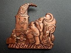 Broche -  CARNAVAL DE LIESCHTEL  Suisse - FASNACHT 2002 - Cuivre - Carnaval