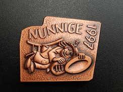 Broche -  CARNAVAL DE NUNNIGE  Suisse - FASNACHT 1997 - Cuivre - Carnaval