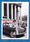 Photo Ancienne - PARIS - Jeune Femme Devant Une Automobile Peugeot 404 - Lampadaire Girl Mode Sac à Main Bag - Cars