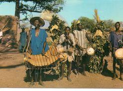 Afrique Animée Folklore Africain Musiciens Et Danseurs Costumes Traditionnels - Other