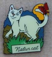 NATUR CAT - CHAT BLANC AVEC UN PAPILLON SUR LA QUEUE -                            (JAUNE) - Animals