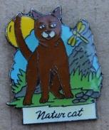 NATUR CAT - CHAT BRUN AVEC UNE LIBELLULE  - LUNE   -                            (JAUNE) - Animals