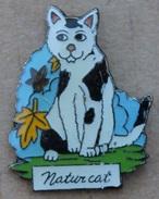 NATUR CAT - CHAT TACHETE BLANC ET NOIR  AVEC DES FEUILLES D'ARBRE   -                            (JAUNE) - Animals