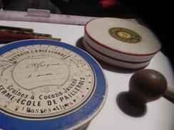 PETIT LOT DIVERS .2 PETITESBOITES CARTONNEES. UN SUPPORT PAPIER HYGIENIQUE.UN PETIT TUBE BOIS.2 PORTE-PLUME. - Andere Sammlungen