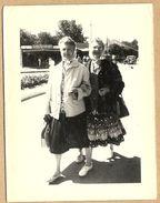 44    THARON  PLAGE   AOUT  1960   MAMAN ET  TANTE  HENRIETTE  ( AU FOND STAND  FETE  FORAINE VOITURE TRACTION CITROEN - Tharon-Plage