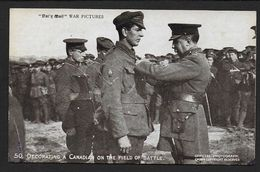 Decorating A Canadian On The Field Of Battle - Guerra 1914-18