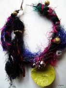 Créoles Ethniques Ruban Et Fil De Soie Multicolore, Grelots, Disques Rustiques  De Grandes Boucles D'oreilles Pour Un Cô - Earrings
