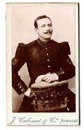 Photo Ancienne Cartonnée Type CDV D'un Musicien  Militaire  Du 139 ème Avec Ses Belles épaulettes Et Sa Fine Moustache - Krieg, Militär