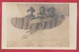 PHOTO MONTAGE SURREALISME - Famille Dans Un Avion Chez Le Photographe ( Voir Verso ) - Photographie