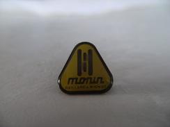 Pin's Bâtiment BTP Métaux MONIN Gaillard Et Mignon Entreprise De Fabrication De Serrures Et Ferrures à FOUGERES 35 époxy - Otros