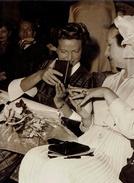 PHOTO KEYSTONE Jacqueline AURIOL Montrant Sa Médaille à Mme La Présidente De La République - Célébrités