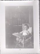 MIMI PHOTO---BEBE Sur Sa  Chaise Haute--voir 2 Scans - Photographs