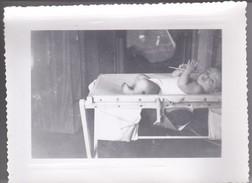 MIMI PHOTO---BEBE Dans Son Lit--voir  Scan - Photographs